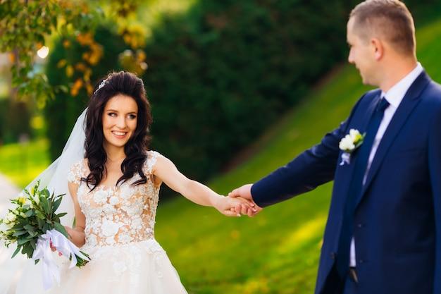 La sposa elegante tiene il mazzo di nozze. gli sposi