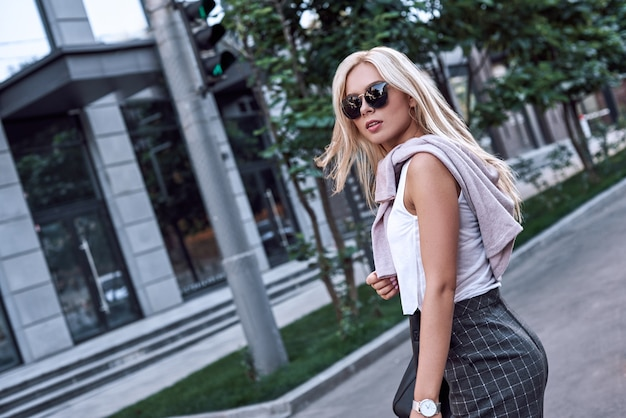 Elegante donna d'affari che indossa occhiali da sole al giorno d'estate