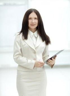 Elegante donna d'affari con appunti