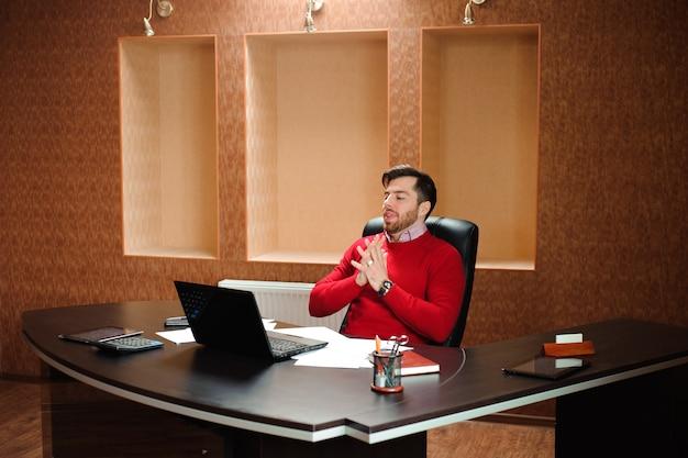 Uomo d'affari elegante che analizza i dati nell'ufficio