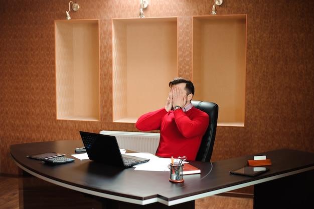 Uomo d'affari elegante che analizza i dati nell'ufficio.