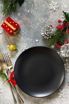Elegante tavola di natale con decorazioni natalizie su tavola festiva vista dall'alto