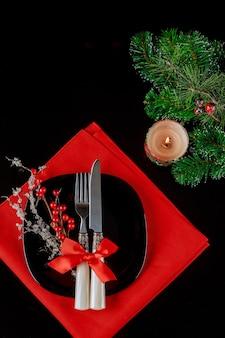 Elegante tavola di natale con decorazioni festive sul nero