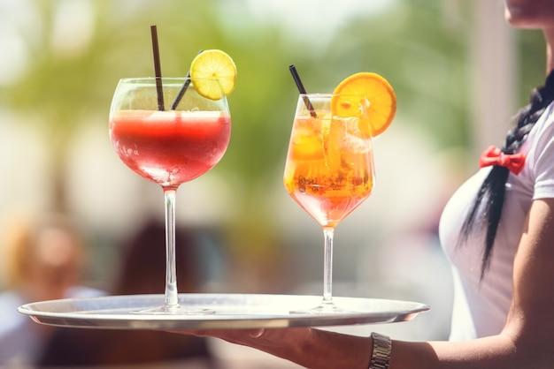 Eleganti cocktail serviti su vassoio in terrazza