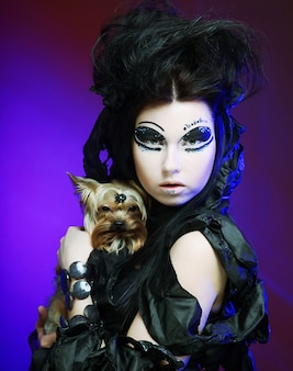 Elegante regina oscura con cagnolino