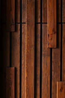 Elegante struttura decorativa a parete in pannelli di legno scuro