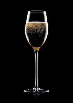 Elegante bicchiere di champagne giallo con bollicine