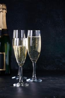 Eleganti bicchieri di champagne giallo con bollicine con riflesso