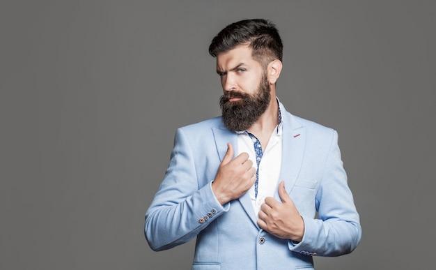 Uomo bello elegante in vestito. bello uomo d'affari barbuto in abiti classici. uomo in tuta. barba e baffi maschili. uomo elegante in tailleur. maschio sexy, macho brutale, hipster. uomo in smoking.