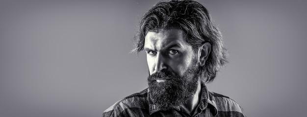 Uomo bello elegante in vestito. bello uomo d'affari barbuto. ritratto dell'uomo barbuto bello in vestito. barba e baffi maschili. maschio sexy, macho brutale, hipster