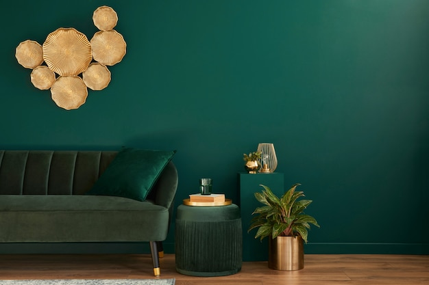 Elegante soggiorno interno con un design moderno, divano in velluto verde, mobili, decorazioni in oro, piante, tappeti, copia spazio, cuscino ed eleganti accessori personali.