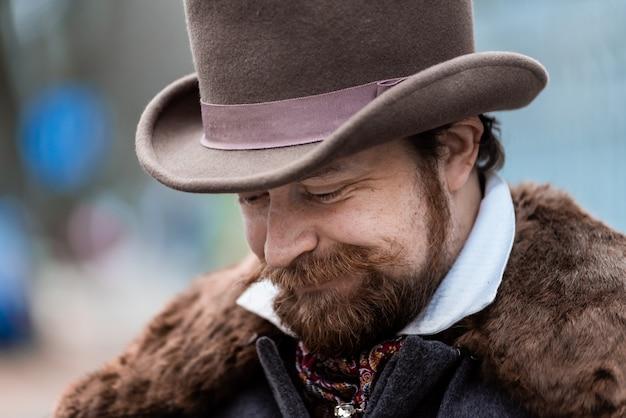 Uomo elegante. il gentiluomo con un cappotto e un cappello a cilindro