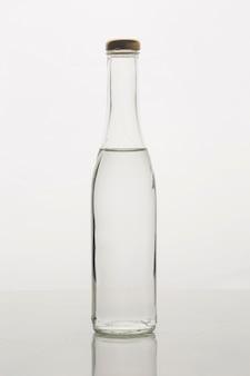 Elegante bottiglia minimalista con acqua