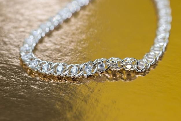 Elegante collana con pietre su fondo oro