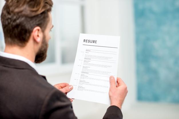 Elegante curriculum di lettura del reclutatore per l'assunzione di lavoro in ufficio