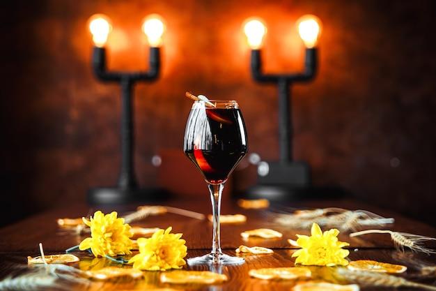 Elegante cocktail di vino rosso su sfondo decorato