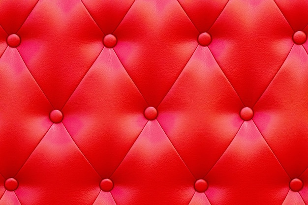 Elegante struttura in pelle rossa lucida saturata della poltrona.