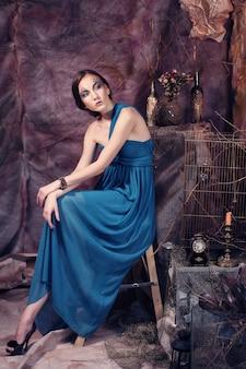Elegante giovane donna sensuale in abito blu