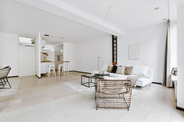 Soggiorno elegante e spazioso con bei mobili