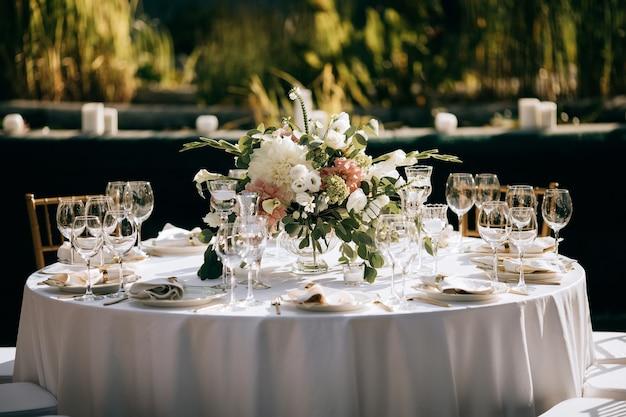 Elegante servizio da tavola, decorazione tavola per cerimonia di matrimonio in giardino estivo, servizio catering esterno