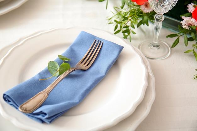 Elegante tavola con bellissimi fiori