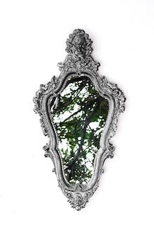 Elegante specchio vittoriano isolato su sfondo bianco