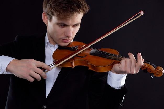 Un violinista elegante suona il violino con entusiasmo