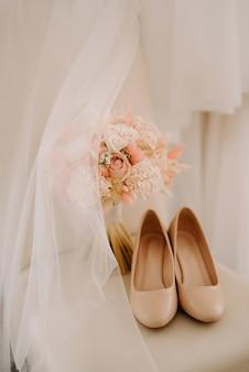 Elegante bouquet da sposa di fiori naturali freschi e verde