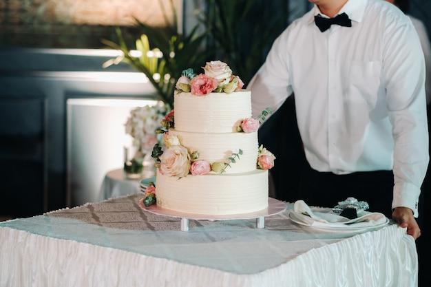 Elegante torta nuziale al matrimonio in tre livelli.