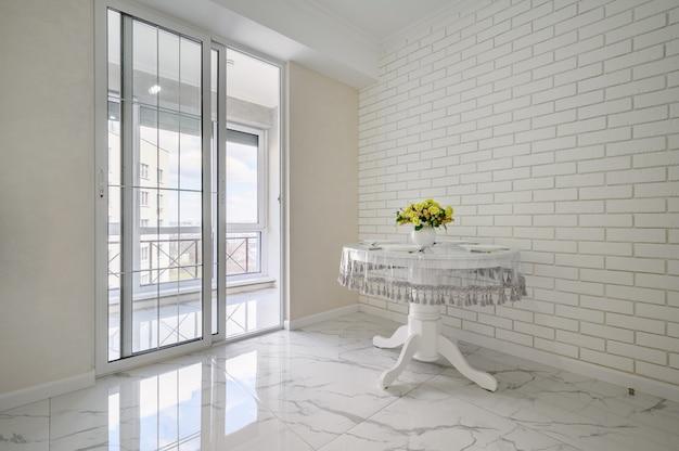 Elegante tavolo da pranzo rotondo bianco in camera classica
