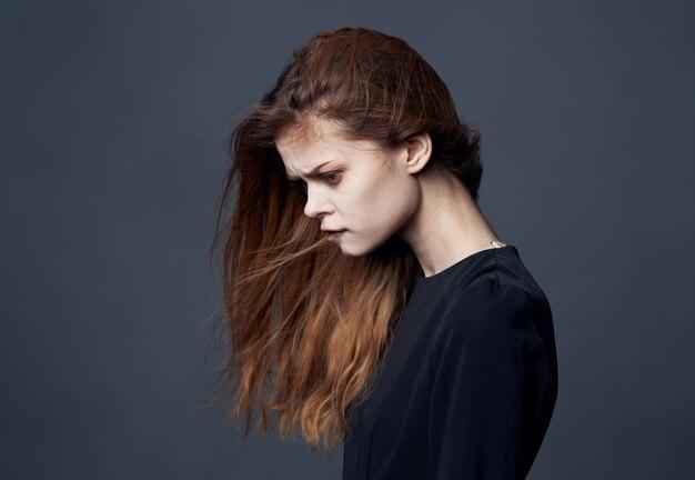 Elegante donna vestito nero da vicino il lusso della moda