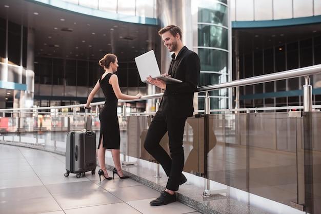 Elegante donna e uomo che lavora in aeroporto