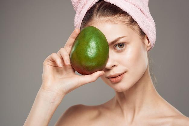 Elegante donna mango in mano vitamine esotiche pelle chiara.
