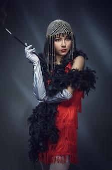 Elegante donna in abito rosso. stile retrò.