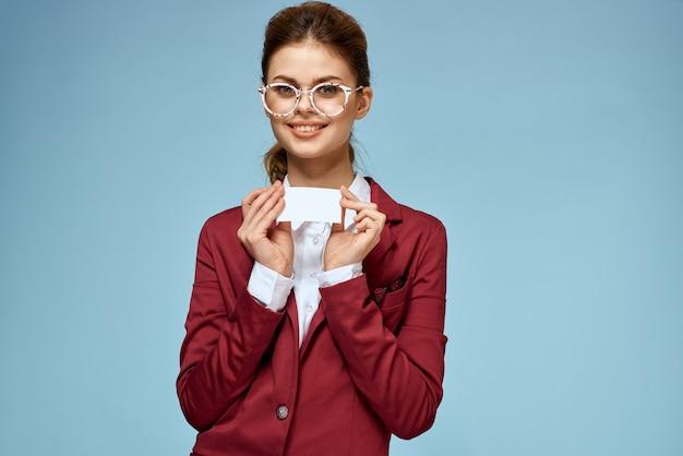 Elegante donna giacca rossa biglietto da visita ufficiale stile di vita fiducioso sfondo blu. foto di alta qualità