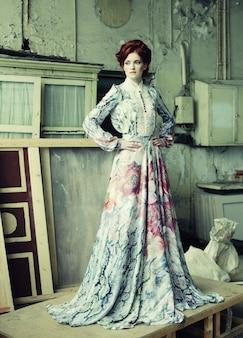 Donna elegante in abito romantico. colpo di moda.