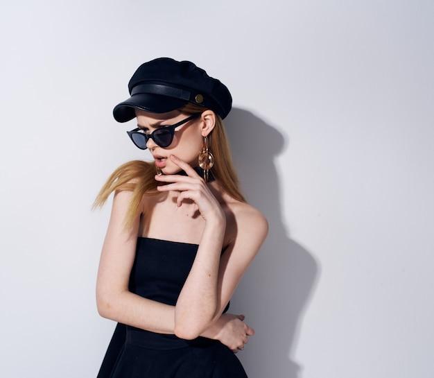 Elegante donna che indossa occhiali da sole accessori gioielli abito da sera nero modello. foto di alta qualità