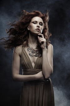 Donna elegante con capelli ricci rosso brillante