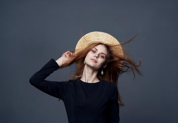 Donna elegante con il primo piano del vestito nero di fascino di lusso dei capelli del cappello