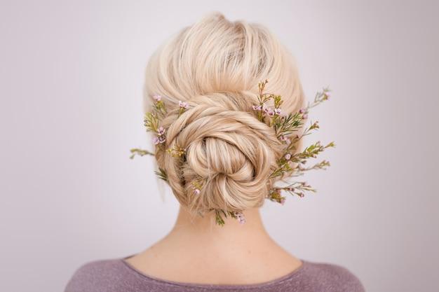 Acconciature da donna eleganti per capelli biondi.