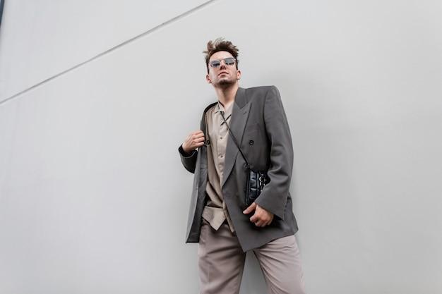 Elegante giovane bel modello di uomo d'affari. ritratto maschile di moda urbana.