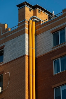 Elemento di un grattacielo in mattoni con tubi di ventilazione