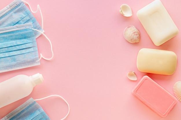 Elementi per la protezione da virus su un tavolo rosa