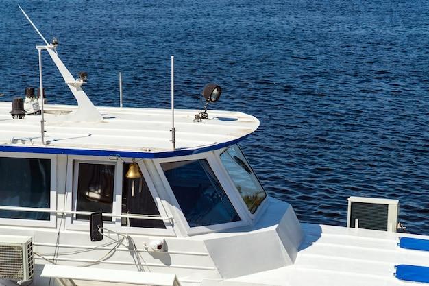 Elementi della vista della nave bianca della cabina del capitano e del mare o dell'oceano. foto per il design turistico