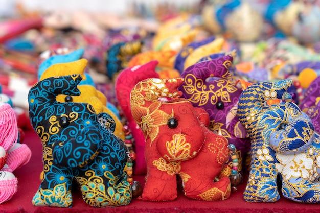 Bambola elefante da vendere nel mercato di strada, thailandia. souvenir per turisti al mercato, primi piani