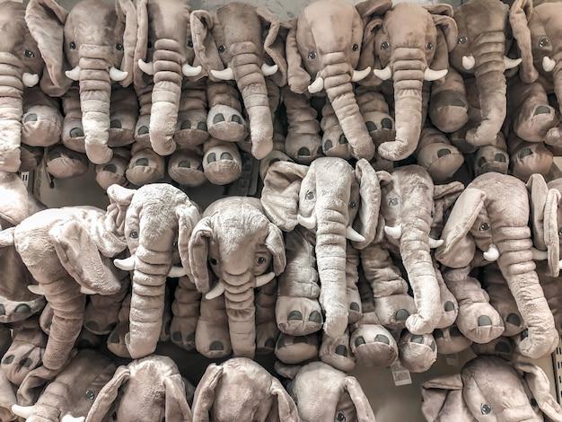 Le bambole di elefanti sono appese al muro per le vendite nei capretti partono al grande magazzino.