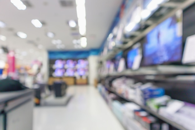 Il grande magazzino elettronico mostra la televisione e l'elettrodomestico con sfondo sfocato di luce bokeh