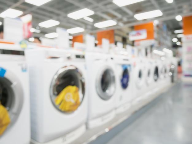 Grande magazzino elettronico con lavatrici sfondo sfocato