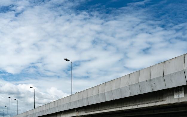 Palo sopraelevato della strada principale e del lampione concreti. supera strada cementata. cavalcavia stradale. autostrada moderna. infrastruttura di trasporto. costruzione di ingegneria del ponte di cemento.