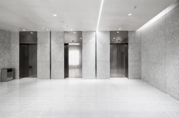 L'ingresso dell'ascensore si trova nel centro commerciale